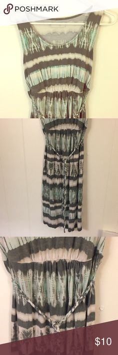 Liz Lange Maternity Dress Liz Lange Maternity Dress Size XS Great condition, minor wash wear and fade. Has a removable tie around waist. Stretchy and comfy for pregnant mamas!  I'm having a Moving Sale & accepting all offers! Bundle to save on shipping costs! Check out my other maternity clothes also❤️ Liz Lange for Target Dresses