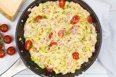 Tagliatelle met gerookte zalm en mosterd-dillesaus Pasta Menu, Couscous, Italian Recipes, Risotto, Spaghetti, Curry, Good Food, Pizza, Tasty