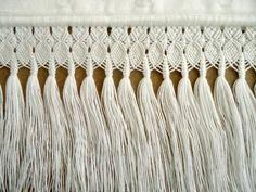 Toalha de lavabo com lavandas e macramé | Rêca Ateliê | Elo7 Macrame Knots, Micro Macrame, Rope Crafts, Diy And Crafts, Macrame Patterns, Weaving, Beads, Altar, Internet