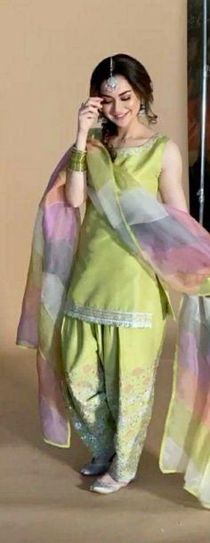 #patiala #fashion #indianwear Pakistani Mehndi Dress, Pakistani Bridal Hairstyles, Girlz Dpz, Kurti Designs Party Wear, Patiala, Indian Wear, Sari, Stylish, Hair Styles