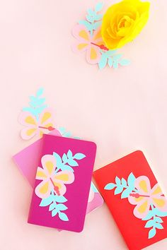 Mini DIY Hibiscus Journals - Decorate your planners, journals and notebooks with these pretty tropical hibiscus flowers. Click through for the tutorial on Maritza Lisa!