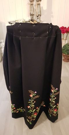 """Cm for cm blir stakken til. Riktig antall folder med litt justering i forhold til """"fasit"""". 4cm ble til 3,5 cm. Midt foran er det 20 cm. Skirts, Fashion, Moda, Fashion Styles, Skirt, Fashion Illustrations, Gowns, Skirt Outfits"""
