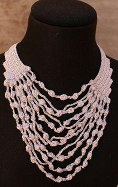 Collar crochet. Joyería-bisuteria crochet. Color plata. Collar babero. Declaración de PmpPetriMontes en Etsy