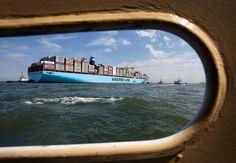 """Die  """"Maersk Mc-Kinney Moeller""""  kommt auf eine Länge von 399 Metern und eine..."""