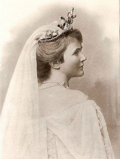 Queen Elisabeth of Romania Romanian Royal Family, Tiaras And Crowns, Ferdinand, Queen Anne, Roman Empire, Royalty, Daughter, Statue, Lady