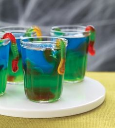 21 Gross Recipes: Halloween Party Food - slimy jell-o treats. like the hanging worm! Could be a cute jello shot Halloween Snacks, Halloween Jello Shots, Halloween Birthday, Halloween Cookies, Halloween Kids, Halloween Jelly, 30th Birthday, Birthday Ideas, Holiday Treats