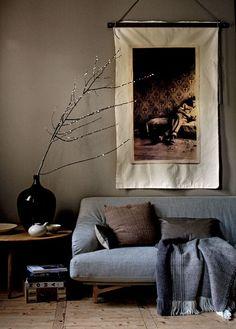 Oud wordt nieuw Een oude foto krijgt een nieuw leven door het beeld uit te laten vergroten en het op doek te laten printen. Je kunt een mooie foto van internet of uit een boek plukken, maar het leukste is om de mooiste foto uit je privécollectie te kiezen. De stof zit tussen twee houten latten geklemd, die met een touw aan de muur hangen.