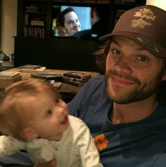 Jared and Odette watching Supernatural Jared Padalecki Supernatural, Supernatural Fan Art, Supernatural Seasons, Jensen Ackles, Jared And Jensen, Zeppelin, Winchester Brothers, Sam Winchester, Cw Series