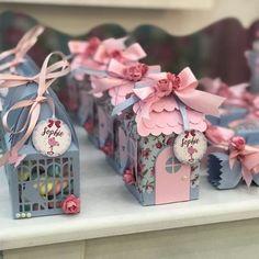 Boa noite! ♪ Há flores em tudo o que eu vejo ♪ Jardim encantado para a Sophie ♥ #jardimencantado #gardenparty #shabbychic #floral #florianopolis #filha #menina #criança #festademenina #maedemenina #maedeprincesa #avócoruja #neta #maternidade #criatividade #foradesérie #madrinha #casinha #house #borboleta #rosa Birthday Box, Birthday Parties, Pillow Box, Little Boxes, Alice, Flamingo, Party Themes, Decorative Boxes, Birthdays