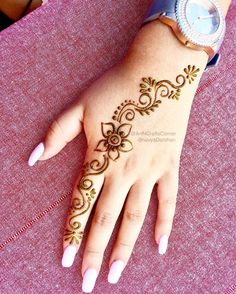 Unique Mehndi Design Mehndi henna designs are always searchable by Pakistani women and girls. Women, girls and also kids apply henna on their hands, feet and also on neck to look more gorgeous and traditional. Cute Henna Designs, Henna Tattoo Designs Simple, Floral Henna Designs, Finger Henna Designs, Mehndi Designs For Beginners, Beautiful Henna Designs, Easy Henna Hand Designs, Ankle Henna Designs, Simple Hand Henna