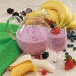 Smoothie de fresas, moras y plátano para un día caluroso