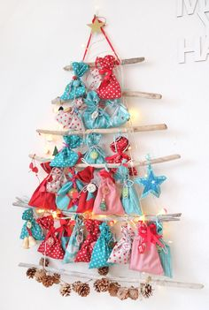 Advent calendar X-Mas driftwood fir tree in red and turquoise - Lybstes. Adventskalender X-Mas Treibholz Tannenbaum in Rot und Türkis Lybstes. Advent calendar X-Mas driftwood fir tree in red and turquoise Advent Calenders, Diy Advent Calendar, Noel Christmas, Winter Christmas, Christmas Crafts, Christmas Decorations, 242, Creation Deco, Christmas Inspiration