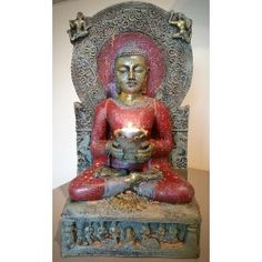 Grote meditatieve Boeddha op troon