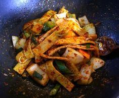 식당하는 친정엄마에게 배운 식당에서 나오는 오뎅볶음 만드는 방법 Korean Food, Kimchi, No Cook Meals, Thai Red Curry, Cooking Recipes, Asian, Chicken, Meat, Ethnic Recipes