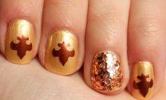 Fabulous fleur de lis nails.