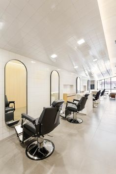 <p>Located in São Paulo, this barber shop designed by Felipe Hess shows its minimalistic prerogative at first sight. Straight and neutral lines make up the design emphasizing its most important elemen