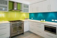 idée originale de crédence cuisine en verre de couleur vert anis et turquoise
