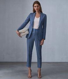 #GuitaModa. Terinho azul, regata branca, blazer, calça de alfaiataria, sandália de duas tiras nude