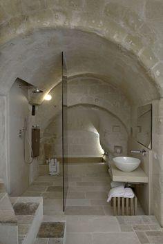 baño rústico, mampara separación zona ducha, encimera extraplana y lavabo de diseño, bañera de obra