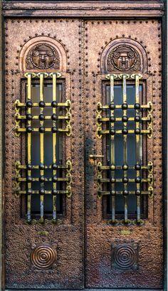 Bratislava, Slovaquie #photo #porte #door #voyage #travel #Europe Via https://500px.com/photo/210614615/closed-door-by-peter-br%C3%BCckner