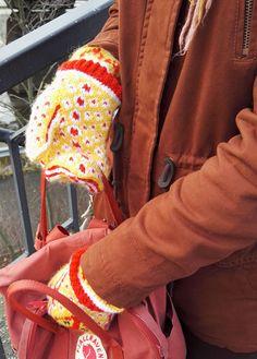 Melkein kuin uusi: Kettukarkkilapaset (ja neulekaavio!) Knitting Socks, Knit Socks, Mittens, Friendship Bracelets, Fashion, Fingerless Mitts, Moda, Fashion Styles, Fingerless Mittens