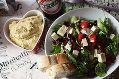 Leckerleichtes Abendessen bei Strandgut: Bunter Salat in Chiliöl mit Tofu-Feta, Baguette und selbstgemachten Humus