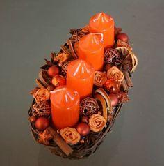 Adventní svícen * oranžová dekorace v košíku. Christmas Is Coming, Christmas Holidays, Christmas Crafts, Christmas Decorations, Xmas, Candle Centerpieces, Candles, Advent Wreath, Christmas Villages