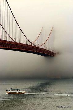 途中で濃霧の中に完全に消える橋