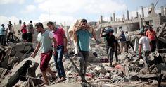 Par Piotr Smolar (Jérusalem, correspondant Eté 2014, bande de Gaza. Un vieux Palestinien gît à terre. Il marchait non loin d'un poste de reconnaissance de l'armée israélienne. Un soldat a décidé de le viser. Il est grièvement blessé à la jambe, ne bouge...