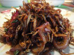 ikan bilis goreng asam jawa Fish Recipes, Indian Food Recipes, Asian Recipes, Ethnic Recipes, Malaysian Cuisine, Malaysian Food, Malaysian Recipes, Savoury Dishes, Food Dishes