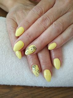 yellow gel, black and white flowers