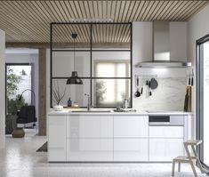 VOXTORP possède une finition lisse et brillante, et des poignées intégrées, qui donnent un look épuré et élégant à votre cuisine.