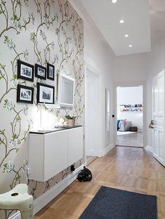 elegante piso con suelo de parquet de arce molduras en los techos y chimenea