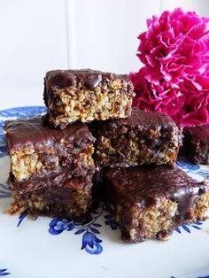 Perfekt+att+äta+efter+träning+eller+som+ett+mellanmål+så+man+håller+blodsockernivån+i+balans+eller+varför+inte+som+fika.+Goda+och+nyttiga+powerbars+med+egengjord+choklad+som+är+naturligt+glutenfria,+mejerifria+och+utan+raffinerat+socker!+Uteslut+chokladen+för+extra+nyttiga+bars+till+mellanmål+eller+efter+träningen.+INGREDIENSER: 16-20+st+1dl+…