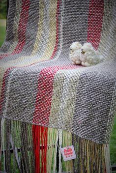 Emma - Almacén de cosas lindas: MANTAS & COJINES Weaving Textiles, Weaving Patterns, Tapestry Weaving, Loom Weaving, Hand Weaving, Weaving Projects, Weaving Techniques, Loom Knitting, Woven Rug