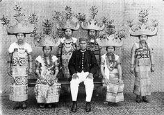 COLLECTIE TROPENMUSEUM Portret van een voornaam hoofd met dansmeisjes uit Lampong in vol ornaat.