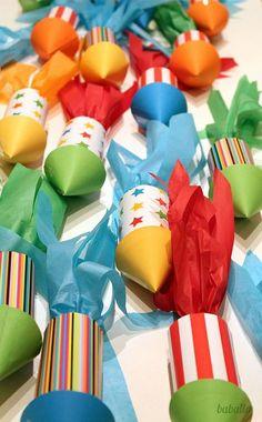 Visto en el Blog de Lucía Baballa, nos propone estos simpáticos cohetes para poner las chuches el día del cumple de su peque.: