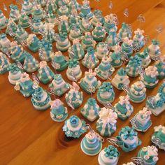Wedding cake in fimo in stile tiffany, con molletta segnaposto, realizzate a mano su commissione per matrimoni.