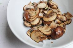 Herfst hapje: gebakken knoflook-champignons met tijm