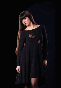 Vestido lanilla negra con aplicaciones de figuras en hilo de cobre y mostacillas.