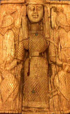 Representación de la diosa Artemisa Ortia en su postura habitual de Potnia Theron sobre una ofrenda votiva arcaica de marfil (Museo Arqueológico Nacional de Atenas).