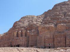 #magiaswiat #podróż #zwiedzanie #jordania #blog #azja  #jerash #twierdza #kosciol #amman #miasto #zabytki #muzeum #katedra #rzymskie #ruiny #stadion #madaba #goranebo #betania #jordan #morzemartwe #petra #al-kerak #pustynia Petra, Mount Rushmore, Mountains, Blog, Travel, Jordan Spieth, Viajes, Blogging, Destinations