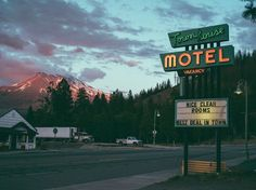 "Go on a Road trip and stay in a motel. My recent ""motel"" experience taught me better! Storyboard, Thelma Et Louise, Station Essence, Reisen In Die Usa, Foto Fantasy, Tv Supernatural, Southern Gothic, Photos, Pictures"