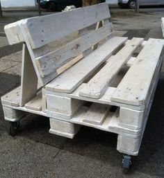 pallet bank Making a garden bench out of pallets is . Pallet Garden Benches, Pallet Lounge, Pallet Seating, Pallet Garden Furniture, Outdoor Furniture Plans, Balcony Furniture, Pallet Patio, Pallet Sofa, Reclaimed Wood Furniture