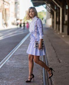 KLASSISK: Blogger Sarah Ellen viser hvordan en skjorteaktig kjole med blå og hvite striper kan funke på fest, med høye hæler og en morsom veske. Foto: Getty Images