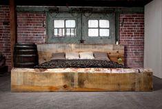 testata del letto con due grandi tronchi d'albero per un'idea fai da te