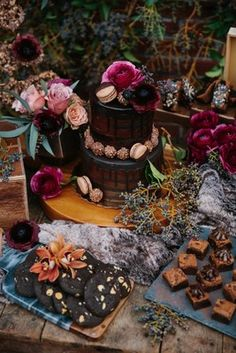 25 Chic Halloween Bride Shower Ideas Moody Dessert Table With A Naked Cake Chocolate And Halloween Elegante, Chic Halloween, Halloween Ideas, Halloween Bridal Showers, Halloween Weddings, Black Velvet, Industrial Chic, Industrial Lamps, Industrial Furniture