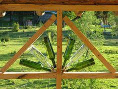 Arco de botellas. Construcción Natural en Mallín Ahogado, Patagonia.