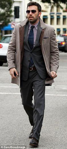 horroroso ! mi padre tien un abrigo igual ni la corbata ni la camisa no lo salva nada