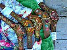 love the clothe hanger, should be fun to paint mine My Rose Valley: Folk art prettyness Pink Vintage, Ethno Design, Norwegian Rosemaling, Cute Office, Stylish Office, Painted Clothes, Diy Garden Projects, Arte Popular, Tole Painting